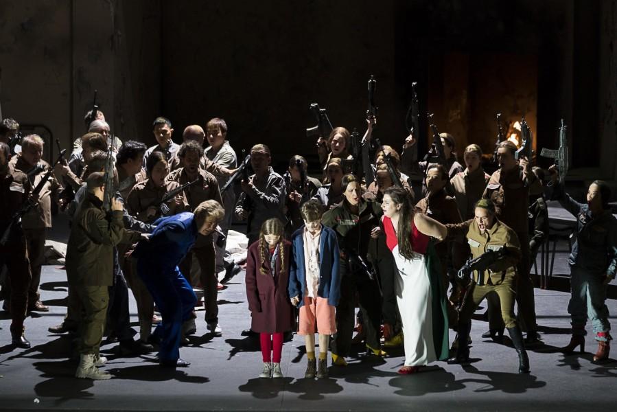 Stimmgewaltig auch derChor und Extrachor der Oper Graz unter der Leitung von Bernhard Schneider. Perfekt und sehr einfühlsam war wieder das Grazer Philharmonische Orchester unter der musikalischen Leitung von Robin Engelen (Foto Werner Kmetitsch)