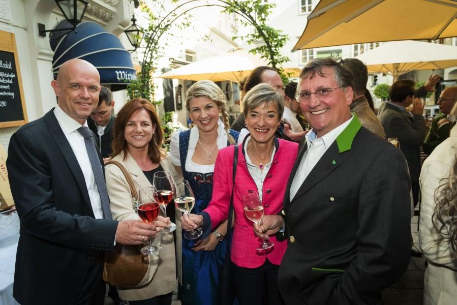 Robert und Sabine Flieser-Just, Isabella Edler, Doris und Günther Huber stoßen auf das neue Schlossberg-Magazin an (Foto Werner Krug)