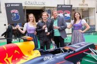 Jarno Trulli und Hans Schullin mit Grid Girls vor dem Formel-1-Boliden (Foto GEOPHO – Jorj Konstantinov Photography)