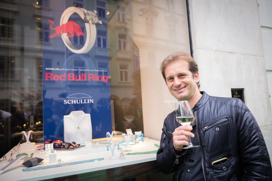 Jarno Trulli ist Träger des Power-Armbands, das Schullin als Männerschmuck entwickelt hat (Foto GEOPHO – Jorj Konstantinov Photography)