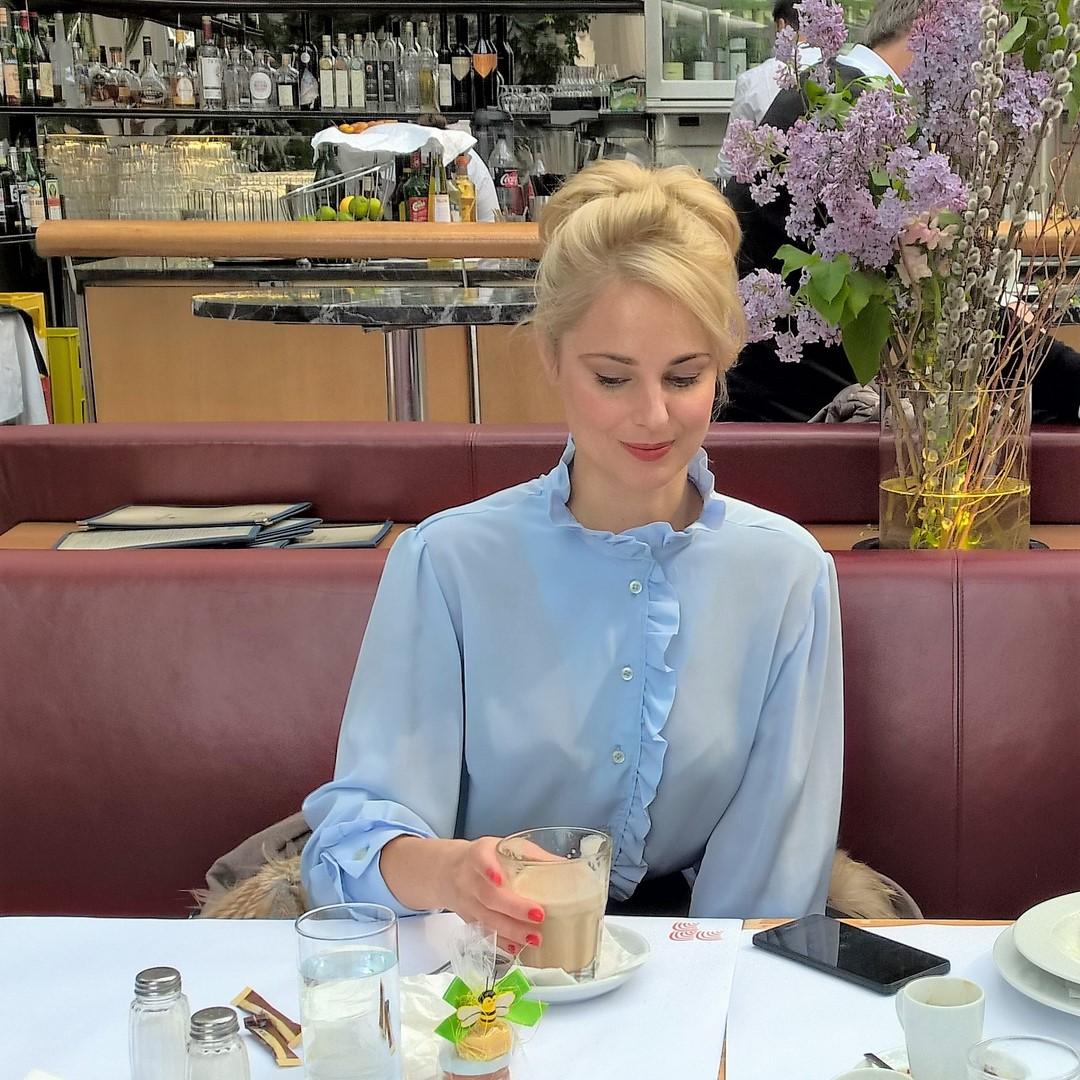 """Silvia Schneider im Interview im Wiener Palmenhaus: """"Ich mache so Vieles gerne. Die Wahrheit ist, was man tut soll einem Spaß machen - und mir macht alles Spaß."""" (Foto Reinhard Sudy)"""