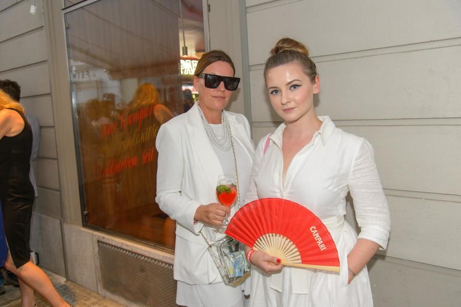 Katharina Schlager, Andy Wolf Eyewear, kam mit trendiger transparenter Tasche zur Eröffnung der Bar Campari im Frankowitsch, hier mit Designerin Laura Karasinski (Foto Andreas Tischler)