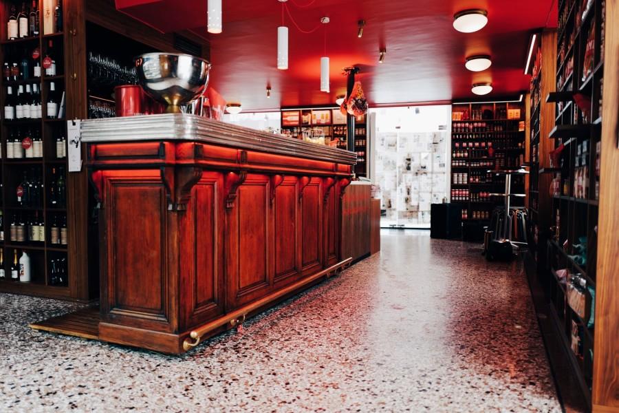 Seit über 80 Jahren wartet der Delikatessenladen mit kulinarischen Innovationen auf. Mit der BAR CAMPARI steht nun ein weiterer Höhepunkt in der Geschichte auf dem Programm (Foto Laura Karasinski)