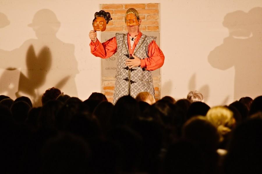 Bei Frieder Kahlert verschmelzen Sprache, Masken und Mimik mit großem Humor und einer herausragenden Begabung für Improvisation (Foto Bernd Gruber)