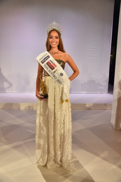 """""""Ich bin überwältigt und kann es noch gar nicht fassen – ein Traum geht für mich in Erfüllung. Ich habe hart an mir gearbeitet und es hat sich ausgezahlt"""", freut sich die neue Miss Austria 2016 Celine Schrenk, gekleidet in einer Robe von Designerin Eva Poleschinski (Foto MAC/Tischler)"""