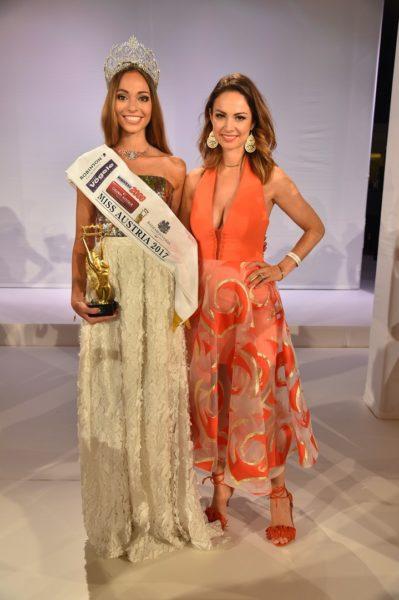 Miss Austria Celine Schrenk mit der sehr zufriedenen MAC GF Silvia Schachermayer (Foto MAC/Tischler)