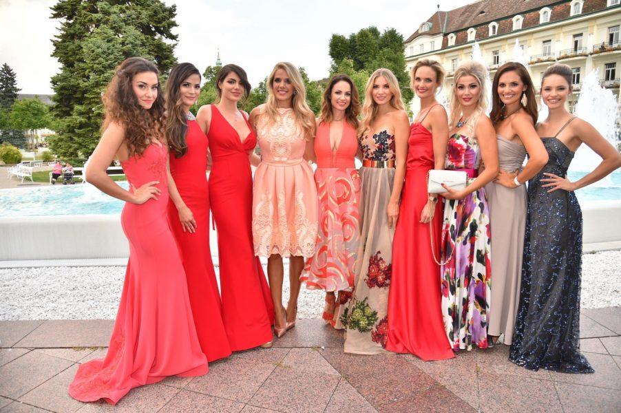 """Ein Highlight war der Auftritt der ehemaligen Miss Austrias: Tanja Duhovich (2003), Silvia Schachermayer (2004), Tatjana Boenisch (2006), Patricia Kaiser (2000), Amina Dagi (2012), Katia Wagner (Miss Earth Austria 2013), Julia Furdea (2014), Dragana Stankovic (2016), Kimberly Budinsky (Miss Earth Austria 2016) und Dajana Dzinic (Miss Universe Austria 2016). Sie zeigten die neue Kollektion """"Mademoiselle Schneider"""" von Silvia Schneider am Laufsteg (Foto MAC/Tischler)"""