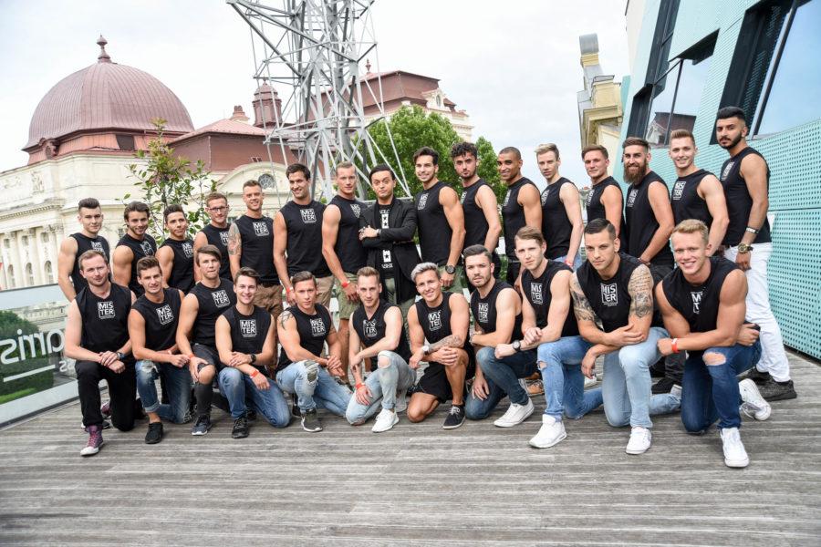 Die 26 Kandidaten beim Laufsteg- und Pressecoaching mit Julian FM Stoeckel (Foto Mister Company/Pail)