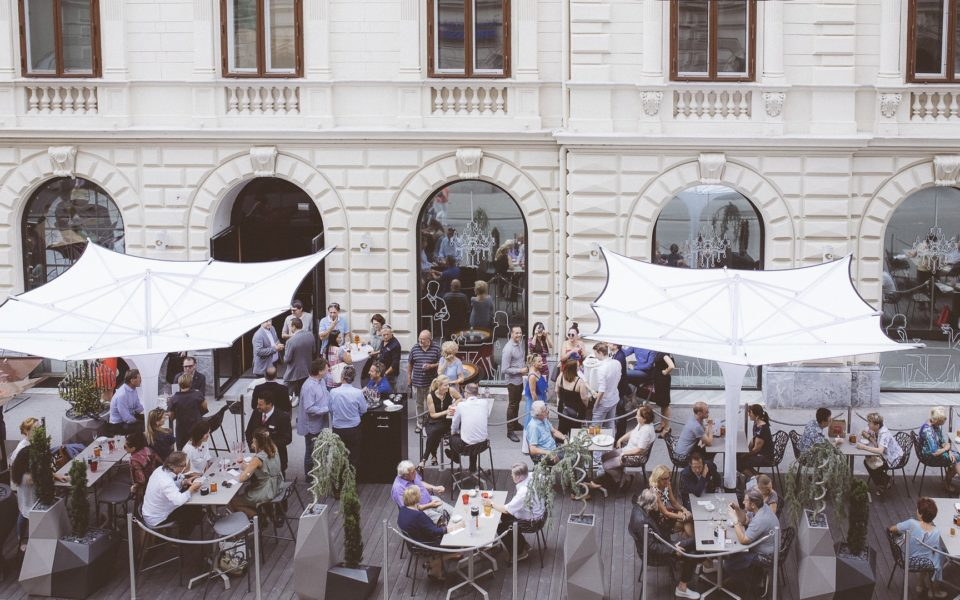 Casino Graz: Der Gastgarten des Cuisino ist eröffnet - und das sieben Tage die Woche (Foto Casinos Austria/Marija Kanizaj)