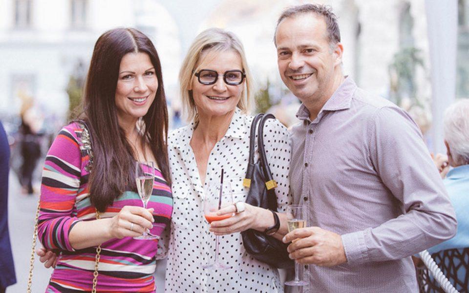 Das erfolgreiche Gastro-Paar und 'Casino-Nachbarn' Judith und Gerald Schwarz sowie Journalistin und Bloggerin Hedi Grager ließen sich die Eröffnung des Gastgartens des Casinos Graz auch nicht entgehen (Casinos Austria/Marija Kanizaj)