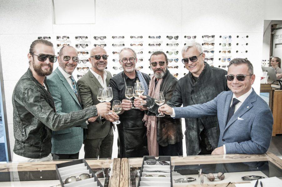 Ein verdienter Schluck von Albert Kriwetz für die 'Gentlemen', die die neue Brillenkollektion von DITA und Fashion von PILATUS präsentierten (Foto Philipp Podesser)