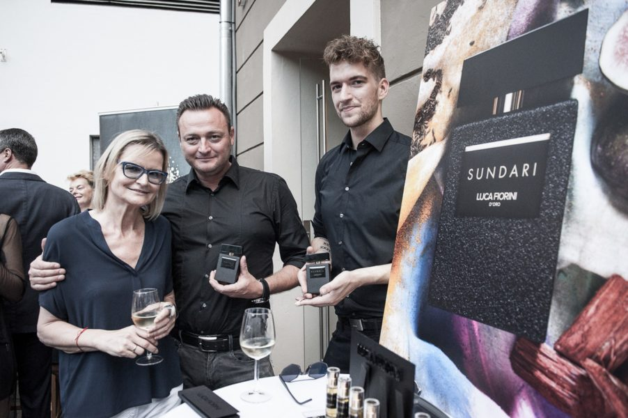 Für den perfekten Duft zum Outfit von PILATUS sorgten Joachim Wohlfarth und Lukas Steinwender von Luca Fiorini - hier mit Journalistin und Bloggerin Hedi Grager (Foto Philipp Podesser)