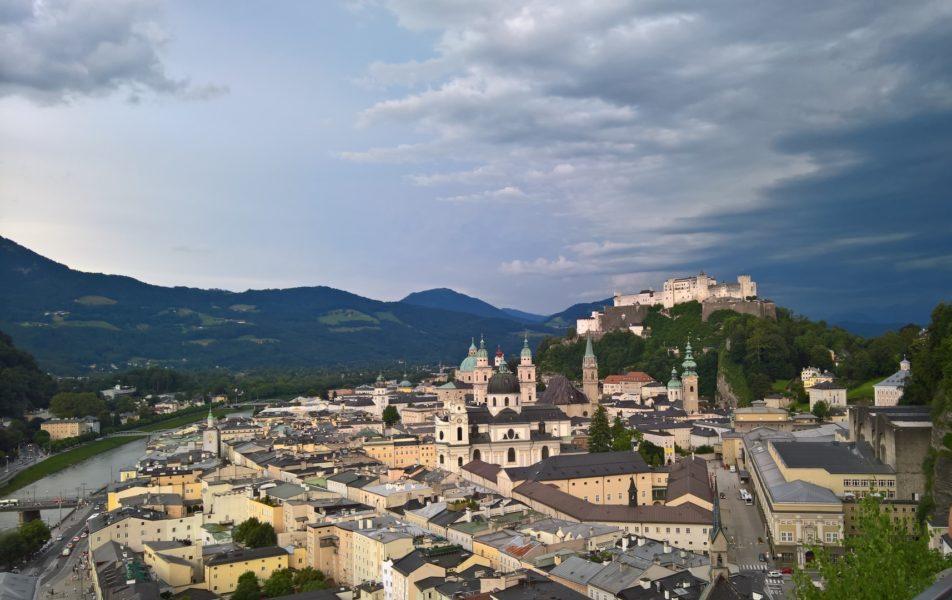 Der wunderbare Blick von der Terrasse des M32 auf Salzburg (Foto Hedi Grager)