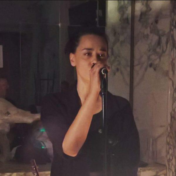 """Sänger-und Schauspielerin Edita Malovčić alias Madita, stellte gemeinsam mit Wolfgang """"iWolf"""" Schlögl ihr neuestes musikalisches Projekt namens Emma vor (Foto Hedi Grager)"""