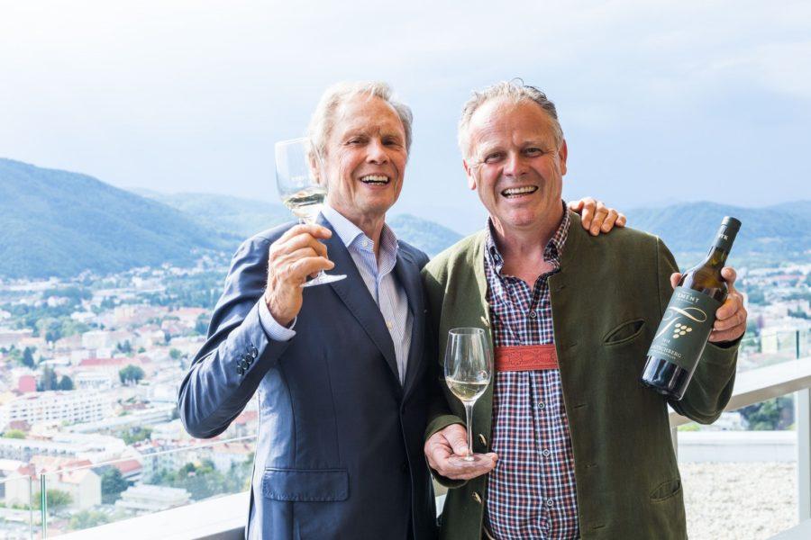 """Rock'n Roller Peter Kraus und Top-Winzer Manfred Tement präsentieren stolz den """"Gelben Muskateller Ried Labitschberg 2016"""" in der Grazer SKY BAR (Foto Werner Krug)"""