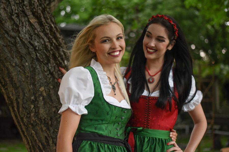 """Vize-Miss Styria Magdalena Leitner und Miss Styria Andrea Jörgler: """"Sowohl die Erfahrungen der Miss Styria Wahl als auch alles, was wir durch die Teilnahme an der Miss Austria Wahl gelernt haben, ebenso die Coachings, Shootings, Kontakte und mehr, kann uns keiner mehr nehmen! Vor allem sind wir überwältigt von den vielen Glückwünschen, die wir beide vor der Wahl erhalten haben - es war ein Wahnsinn"""". (Foto MAC/Conny Pail)"""