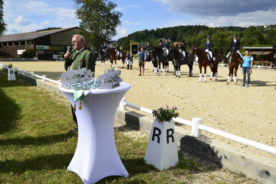 Präsident Ludwig Hoffmann bei der Siegerehrung (Foto Team Myrtill)