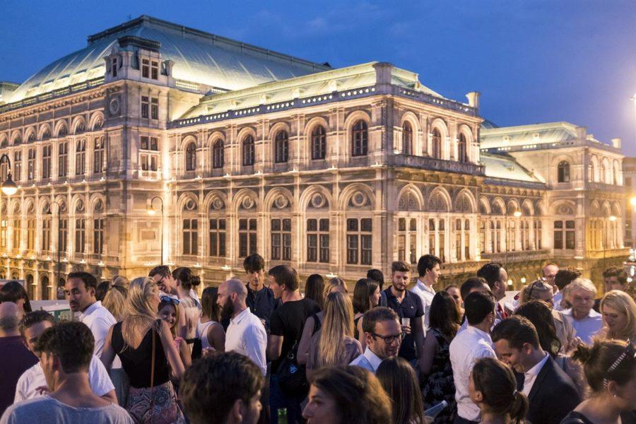 ALBERT&TINA - Auf der historischen Bastei der Albertina wird umgeben von Wiener Oper und Hofburg 'After Work' gefeiert (Foto Max Kropitz)