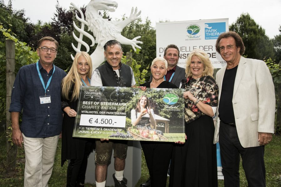 "Best of Steiermark Charity-Aktion: Chicken Charly Manfred Anders, Sängerin Styrina, 'Steirabluat Christian Hütter, Jazz Gitti, Michael Stracke von ""Purzel & Vicky"", Direktorin Claudia Wendner und Entertainer Walter Reischl (Foto Krobath)"