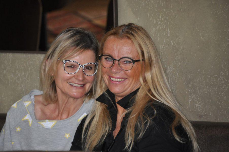 Immer Zeit für ein kurzes Plauscherl: Hedi Grager und Trixi Drennig (Foto Reinhard Sudy)
