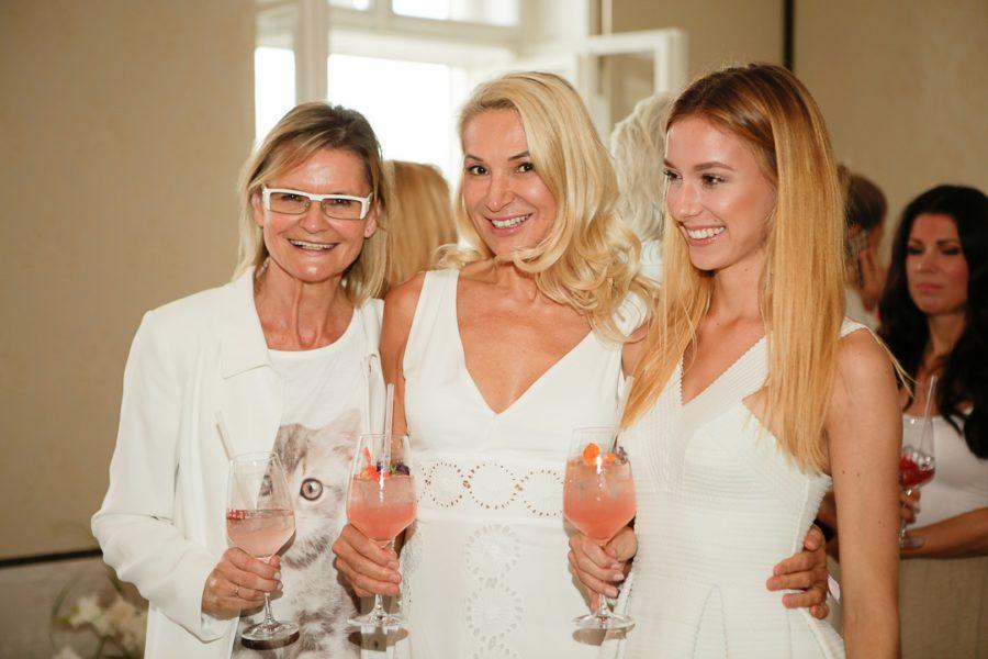 Beauty-Doc Ingrid Hörmann freute sich, ihren Geburtstag mit Aperitiv-Kreationen von Lillet feiern zu können. Hier mit Journalistin und Bloggerin Hedi Grager und Ingrid Hörman's Tochter Mariella (Foto Sarah Raiser)