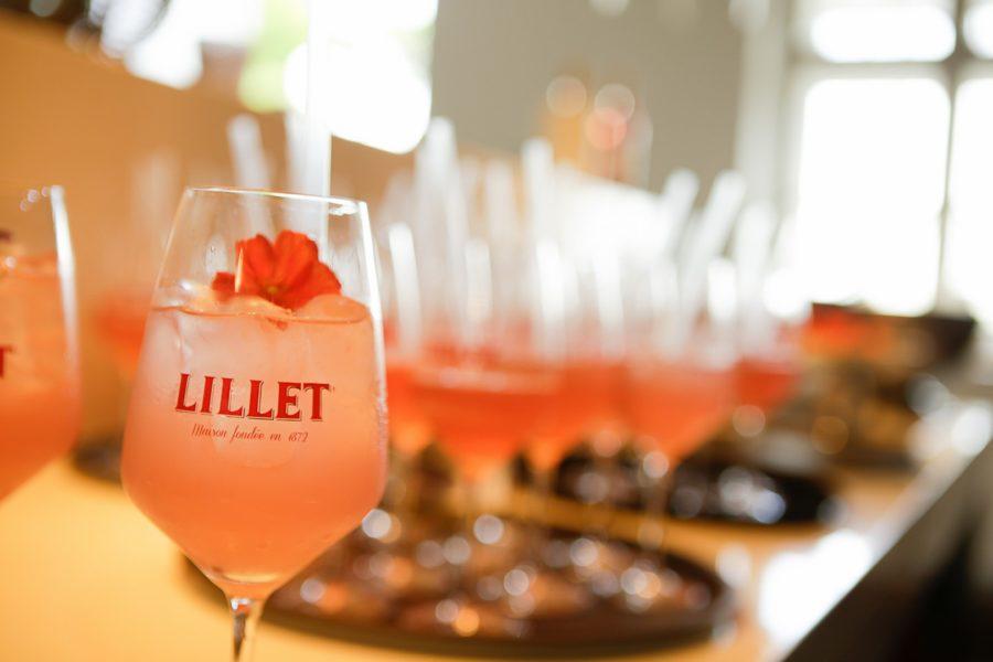 Zubereitung: Eis in ein Rührglas geben und alle Zutaten gut auf Eis rühren.Danach den Drink in ein mit Eis gefülltes Glas abseihen und mit einer Essblume dekorieren (Foto Sarah Raiser)