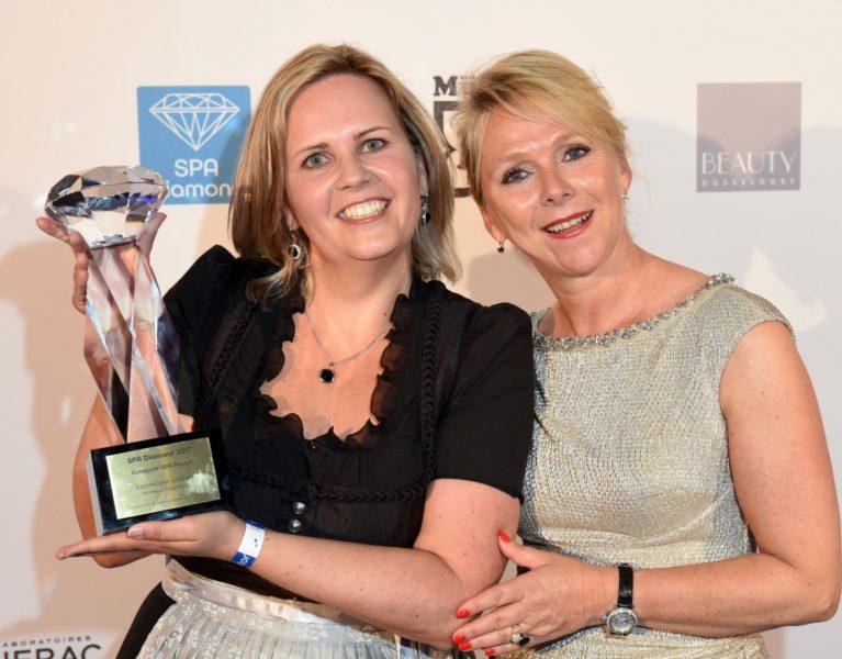 Preisträgerin in der Kategorie SPA Resort Christina Oberwasserlechner vom Alpenresort Schwarz Mieming (Österreich) und Suzann Heinemann (Foto BrauerPhotos / G.Nitschke)