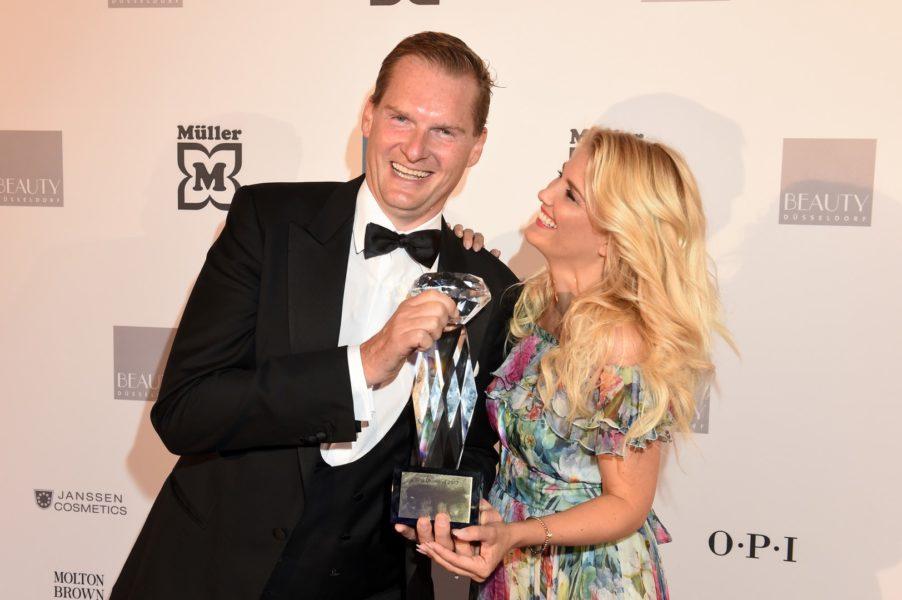 Preisträger Georg Plesser vom Rocco Forte - Villa Kennedy Frankfurt am Main in der Kategorie Urban SPA Hotel mit Jennifer Knäble (Foto BrauerPhotos / G.Nitschke)