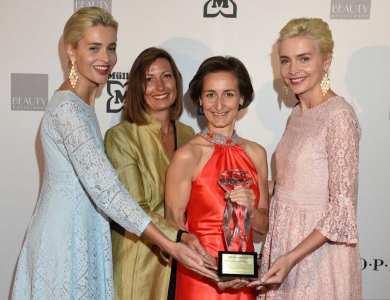 Preisträgerin Heidi Schaller (2.v.re) für VINOBLE Cosmetics in der Kategorie Beatuty SPA Treatment, hier mit Dagmar Rizzato und den Zwillingen Nina und Julia Meise (Foto BrauerPhotos / G.Nitschke