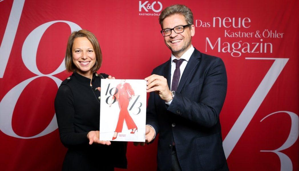 """Mag. Andrea Krobath (Leitung Marketing Mode K&Ö) mit Mag. Martin Wäg (Vorstand K&Ö) präsentieren ihr neues Magazin """"1873"""" (Foto Oliver Wolf)"""