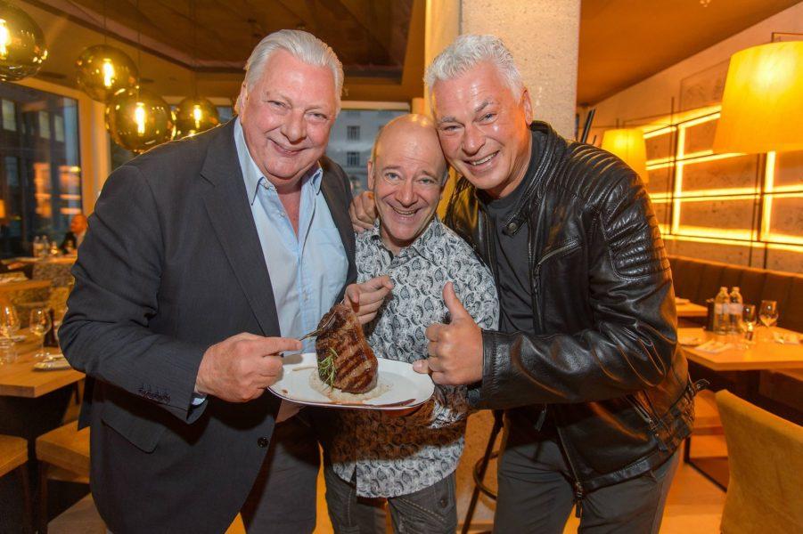Bei der Eröffnung des el Gaucho am Rochusmarkt waren auch Sportkommentator Edi Finger Junior, Ex-Fußballstar Toni Polsterer und Musiker Andy Lee Lang zu sehen (Foto Andreas Tischler