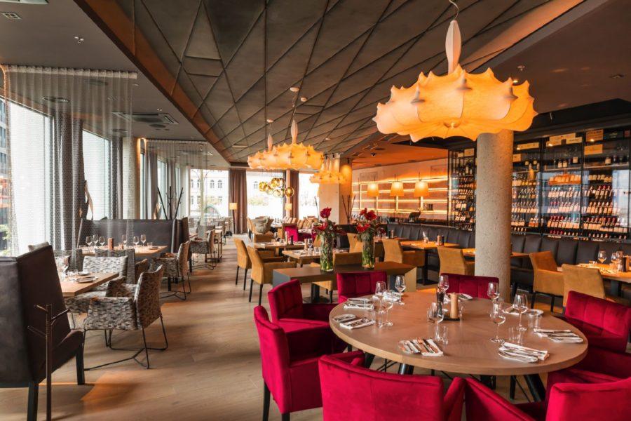 Abends verwöhnt man mit einer breiten Auswahl an Steak-Highlights aus der imposanten, offenen el Gaucho-Grillküche mitten im ersten Stock des Lokals sowie einer feinen, aber bodenständigen Kreativküche (Foto Werner Krug)