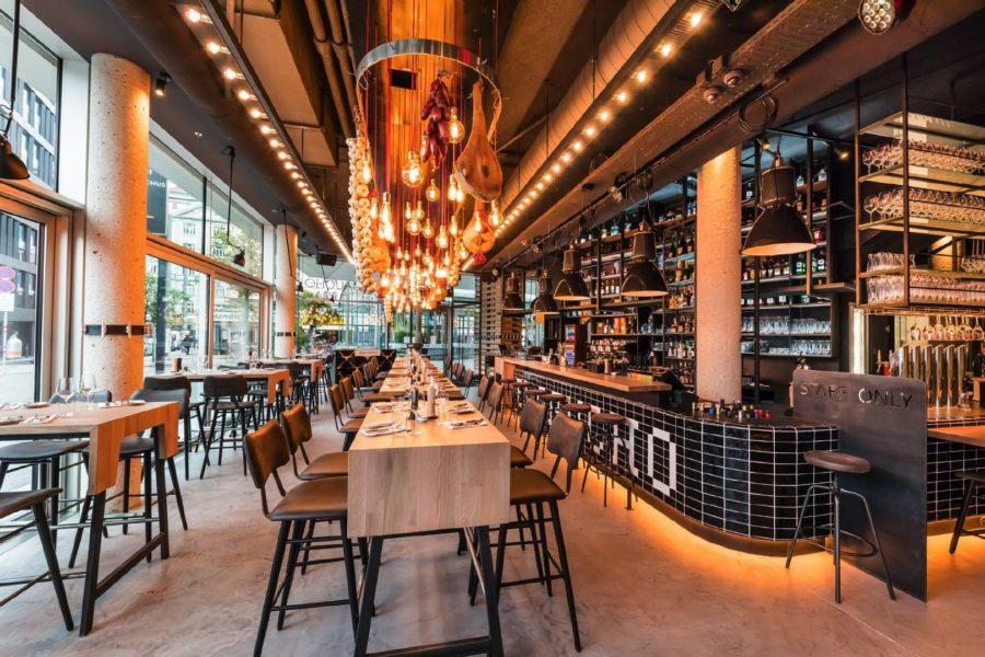 Architektonisch ist das el Gaucho eine gute Mischung aus viel Holz, Stahl und Naturmaterialien - und einigen neuen Designelementen. Die Küchenbereiche sind transparent und offengehalten. Im Erdgeschoss bieten vorwiegend Hochtische mit gemütlichen Sesseln bequem Platz. Hier begeistert auch die Cocktailbar mit einem doppelstöckigen Weinregal im Industrial-Design die Besucher (Foto Werner Krug)