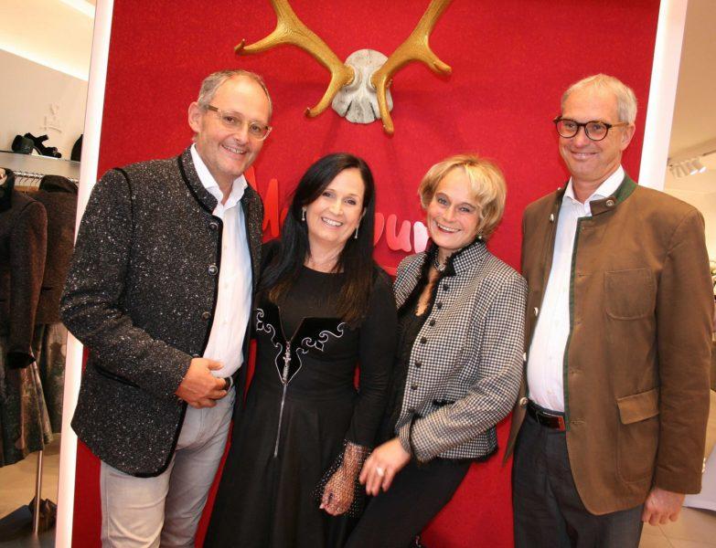 Helmut und Stefanie Schramke konnten auch Maria und Achim Fischer, Fischer Mode und Textil, bei ihrer Geschäftseröffnung begrüßen (Foto Christina Dow)