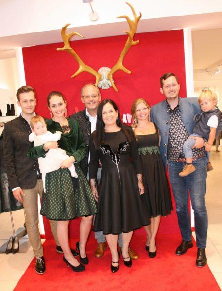 Eine große Familie: Mathis Schramke, Anna-Katharina Mayer, Helmut und Stefanie Schramke sowie Marion und Dominik Schramke (Foto Christina Dow)