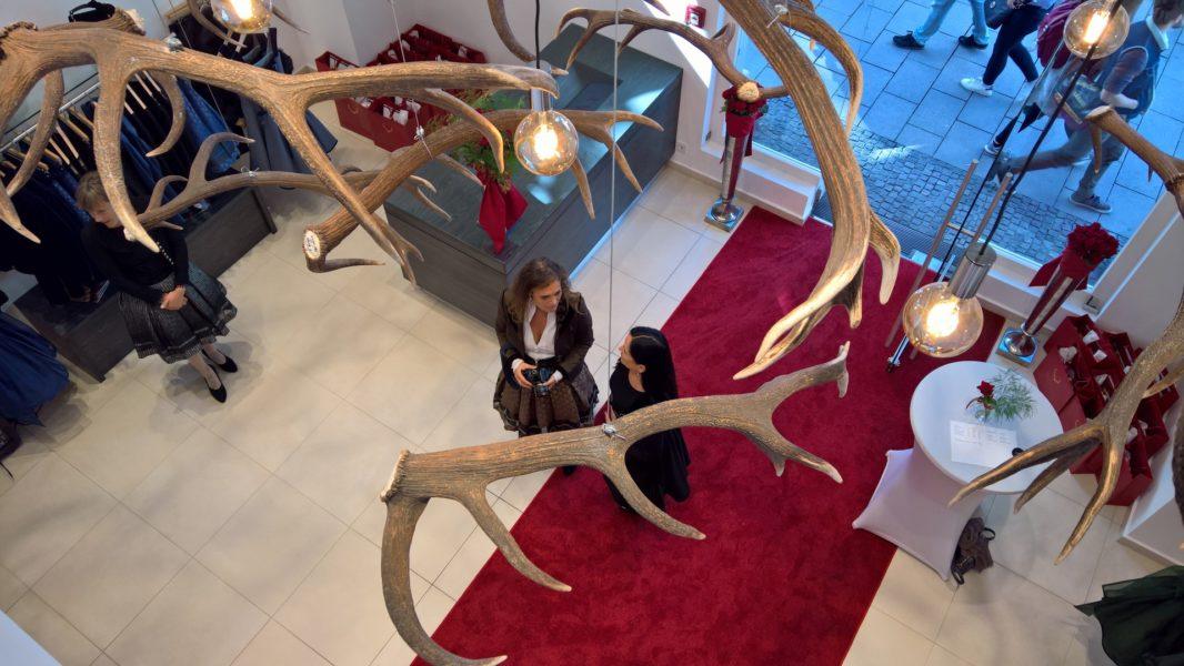 Das Ambiente des neuen Geschäftes ist im typischen Mothwurf-Stil: tausendjährige Mooreiche trifft auf Glas, Stuck und den einladenden roten Teppich (Foto Hedi Grager)