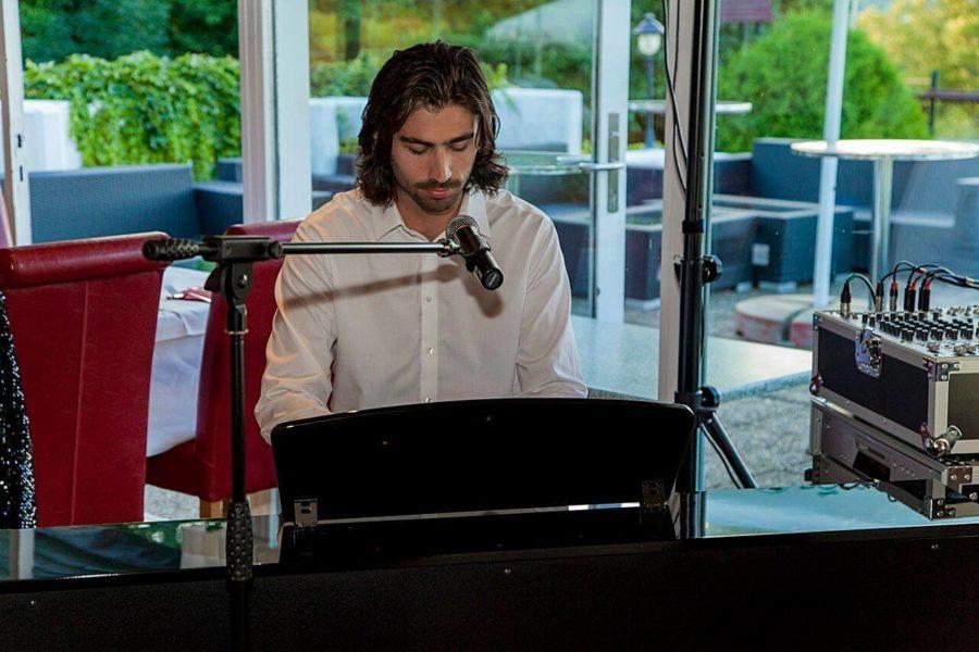 """Im Film 'My Jurassic Place' singt Swen Temmel auch einen Song, """"diesen haben wir im Studio von Gary Lux aufgenommen."""" (Foto privat)"""