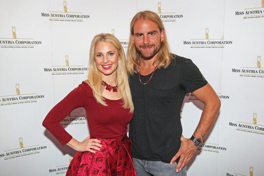"""Silvia Schneider wird die Sendungen und die Shows von """"Miss Austria"""" gemeinsam mit Alfons Haider moderieren. Hier mit Christian Sturmayr, der fürs Hairstyling verantwortlich zeichnet (Foto MAC / Philipp Enders)"""