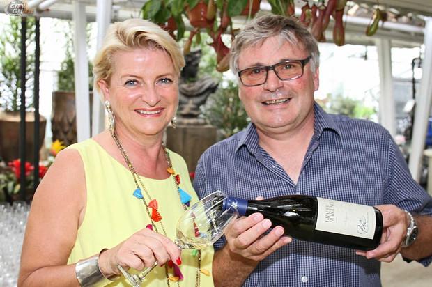 Marlies Muhr genießt auch gerne ein gutes Glaserl beim steirischen Top-Winzer Walter Polz (Foto privat)