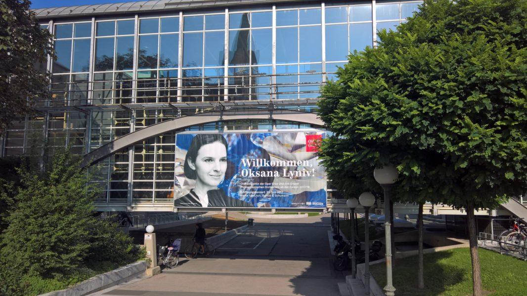 Willkommen Oksana Lyniv! stand auf den Plakaten rund um die Grazer Oper (Foto Hedi Grager)