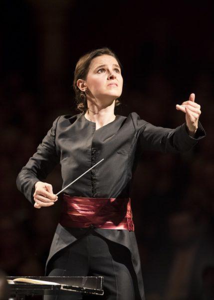"""Oksana Lyniv: """"Es ist immer die Frage, was man bei Aufführungen riskiert und was nicht. Legt man mehr Wert auf echte Courage und echte Inspiration, die den ganzen Abend brennt, oder auf eine coole, auf Sicherheit gehaltene, kontrollierte Interpretation."""" (Foto Werner Kmetitsch)"""