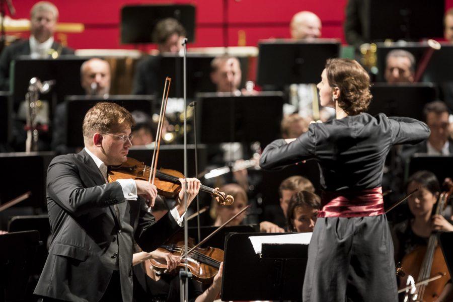 """Oksana Lyniv: """"Ein Konzert ist ein unglaublicher Höhepunkt nach einer meist intensiven Probenphase. Wenn dann alles gut läuft, du die Atmosphäre, die Elektrizität im Publikum spürst und darauf reagieren kannst, dann ist ein Konzert eine unglaubliche Offenbarung."""" (Foto Werner Kmetitsch)"""