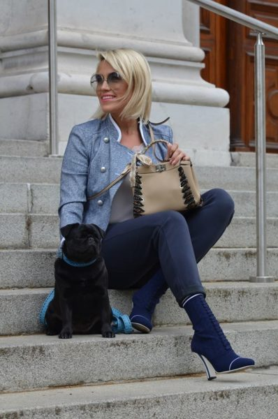 Lila, die kleine schwarze Mopsdame, ist (fast) immer an der Seite von Sophia Bitter (Foto Style up your life!)