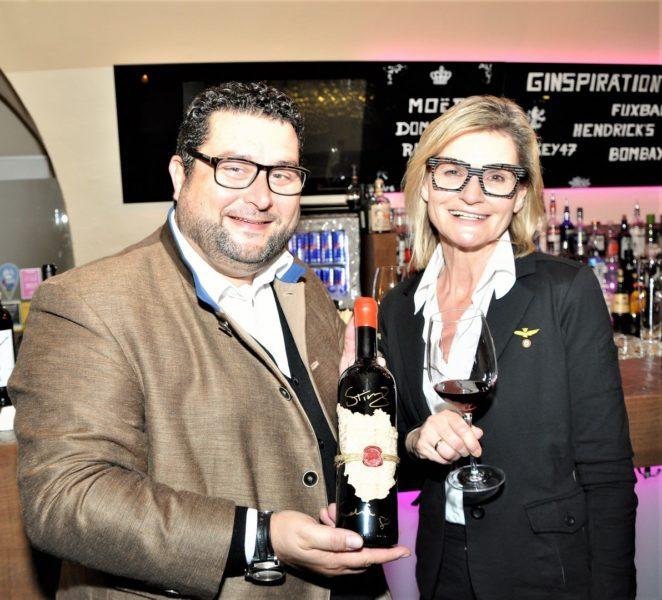 Wein-Experte Andreas Andreadis lernte Sting im Juli 2017 persönlich kennen und besitzt jetzt den Exklusivvertrieb in Österreich für seine Weine. Hier mit Journalistin und Bloggerin Hedi Grager (Foto Reinhard Sudy)
