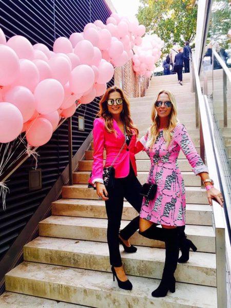 Bettina Assinger mit ihrer Freundin Eveline Hillinger - beide engagieren sich seit Jahren für Pink Ribbon (Foto privat)
