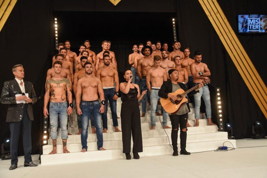 Um als Sieger bei der Mister Austria Wahl hervorzugehen, gaben die jungen Männer wirklich alles. Hier mit Moderator Alfons Haider und Sängerin Arnela Graf mit Gitarrenbegleitung (Foto Mister Company/Pail)
