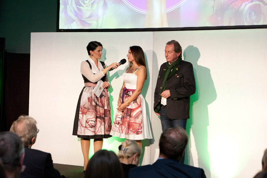 Moderatorin Silvia Gaich, Jurymitglied Carola Deutsch und Josef Schiffer von Trachtenmode Hiebaum (Foto Wolfgang Steiner/ Fotorechte: theSCENTEDdrop)