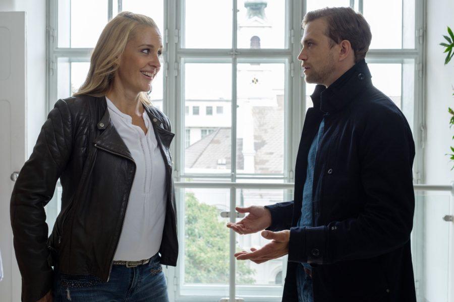 Szene aus der 7. Folge der 13. Staffel von SOKO Donau: Penny Lanz (Lilian Klebow) mit Simon Steininger (Michael Steinocher) (Foto SATEL Film / Petro Domenigg)