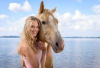 """In der 14. Staffel der ARD-Serie """"Sturm der Liebe"""" spielt Larissa Marolt, Model und Schauspielerin aus Österreich, die Rolle der Alicia. Hier mit Taifun, ihrem Filmpferd """"Chrome"""" (Foto ARD/Christof Arnold)"""