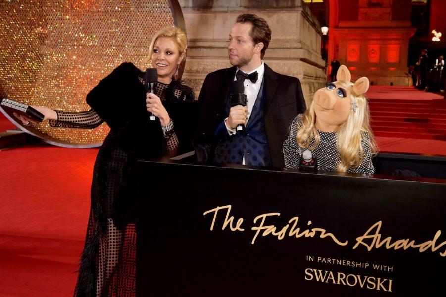 """""""Miss Piggy"""" in einem glamourösen Outfit von Yves Saint Laurent mit 10.000 Swarovski Kristallen. Hier mit Nadja Swarovski und Derek Blasberg (Photo by Jeff Spicer/BFC/Getty Images)"""
